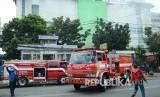 Sejumlah mobil pemadam kebakaran dikerahkan saat peristawa kebakaran di Pasar Kosambi, Kota Bandung, Ahad (19/5).
