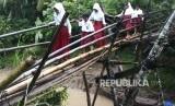 Sejumlah murid SD melewati jembatan bambu yang sudah rapuh.   (ilustrasi)