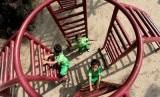 Sejumlah murid Taman Kanak-kanak bermain di taman Langsat, Jakarta.