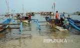 [ilustrasi] Sejumlah nelayan bersiap untuk melaut di Pantai Ujunggenteng, Kecamatan Ciracap, Kabupaten Sukabumi. (Republika/Edi Yusuf)