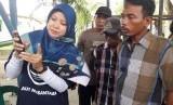 Sejumlah nelayan di Desa Karangsong, Kecamatan Indramayu, Kabupaten Indramayu sedang memperhatikan penjelasan cara penggunaan aplikasi Laut Nusantara, Selasa (22/1). Aplikasi itu mempermudah nelayan dalam menemukan ikan.