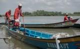 Sejumlah nelayan menyalakan mesin kapal yang telah dikonversi menggunakan bahan bakar elpiji di Dermaga Rakyat Kelurahan Tritih Wetan, Cilacap Utara, Cilacap, Jateng, Rabu (19/10).