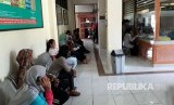 Sejumlah orang sedang mengajukan pendaftaran perceraian di Pengadilan Agama