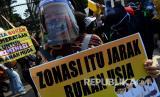 Sejumlah orang tua murid berunjuk rasa di depan kantor Kemendikbud, Jakarta, Senin (29/6/2020). Unjuk rasa yang diikuti ratusan orang tua murid tersebut menuntut penghapusan syarat usia dalam Penerimaan Peserta Didik Baru (PPDB) DKI Jakarta.