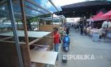 Sejumlah pedagang membangun kios di halaman parkir Pasar Kosambi, Kota Bandung, Selasa (11/6).