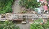 Sejumlah pekerja memasang panel jembatan sementara di Batang Kalu, Jalur Padang - Pekanbaru, Kayutanam, Padangpariaman, Sumatera Barat, Kamis (13/12/2018).