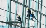 Sejumlah pekerja membersihkan kaca Terminal 3 Bandara Soekarno Hatta, Tanggerang, Banten, Jumat (5/4).