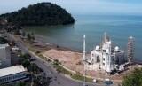 Sejumlah pekerja menyelesaikan pembangunan kubah masjid, di Pantai Padang, Sumatera Barat, Minggu (9/12/2018).