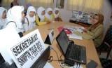 Sejumlah pelajar konsultasi dengan panitia saat akan melakukan pendaftaran secara kolektif SNMPTN di Tangerang, Banten, Selasa (15/5).