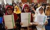 Ilustrasi. Sejumlah pelaku Industri Kecil Menengah (IKM) menunjukan sertifikat halal di Kantor Walikota Depok, Jawa Barat, Kamis (31/1/19).