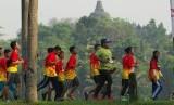 Sejumlah pelari beradu cepat saat mengikuti ajang Borobudur Marathon 2016 di sekitar Candi Borobudur, Magelang, Jawa Tengah, Minggu (20/11).