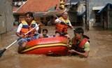 Sejumlah Pemuda dengan perahu karet bersiap-siap menolong warga yang terkena banjir. ilustrasi