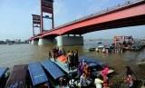 Sejumlah pengguna jasa angkutan sungai tiba di dermaga air bawah jembatan Ampera Palembang, Sumatra Selatan, beberapa waktu lalu.   Kementerian ESDM melalui BPH Migas menetapkan kouta solar untuk transportasi khusus, seperti angkutan sungai.