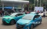 Sejumlah pengemudi mobil listrik menunggu melakukan pengisian ulang baterai listrik di Stasiun Pengisian Cepat Baterai Kendaraan Listrik milik ABB yang ada di Balai Besar Teknologi Konversi Energi (B2TKE) BPPT usai melakukan konvoi pada penutupan Indonesia Electric Motor Show (IEMS) 2019 di kawasan Puspiptek Serpong, Tangerang Selatan, Banten, Sabtu (7/9).