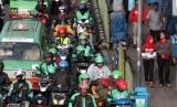 Sejumlah pengemudi ojek online melintas di kawasan Paledang, Kota Bogor, Jawa Barat, Selasa (15/1/2019).