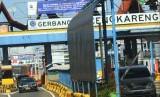 Sejumlah pengendara kendaraan melintas di gerbang Tol Cengkareng, Cengkareng, Jakarta, Selasa (12/2/2019).