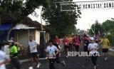 Sejumlah penggemar olahraga lari tengah mengikuti Mandiri Jogja Marathon 2018 yang digelar di kawasan Candi Prambanan, Sleman, DIY pada Ahad (15/4). Dalam kegiatan yang diikuti oleh sekitar 8 ribu peserta itu, 80 persen diantaranya merupakan peserta dari luar DIY.