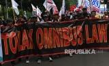 Sejumlah pengunjuk rasa dari sejumlah organisasi buruh melakukan aksi damai menolak Omnibus Law