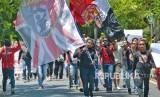 Sejumlah pengunjuk rasa gabungan suporter Indonesia melakukan long march ke lokasi Kongres PSSI 2019 berlangsung, di Nusa Dua, Bali, Ahad (20/1/2019).