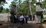 Sejumlah pengunjung berada di gapura pintu masuk komplek Keraton Agung Sejagad Desa Pogung Jurutengah, Bayan, Purworejo, Jawa Tengah, Selasa (14/1/2020).