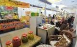 Sejumlah pengunjung melihat-lihat makanan dan minuman produksi usaha kecil dan menengah (UKM) dalam sebuah pameran. (ilustrasi)