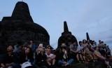 Sejumlah pengunjung menyaksikan matahari terbit pertama tahun 2019 di Taman Wisata Candi (TWC) Borobudur, Magelang Jawa Tengah, Selasa (1/1/2019).