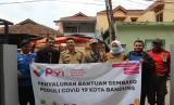 Sejumlah Pengurus LAZ Panti Yatim Indonesia bersama Camat Regol Iwan Sumaryana (ketiga kiri) saat menyalurkan Program Ketahanan Pangan kepada warga dhuafa yang terdampak covid-19 di Kecamatan Regol, Kota Bandung, Senin (30/3).