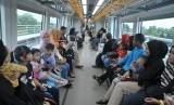 Sejumlah penumpang cilik dan orang tuanya di dalam Light Rail Transit (LRT) atau kereta api ringan Palembang. ilustrasi