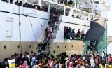 Sejumlah penumpang Kapal Pelni Leuser asal Sampit, Kalimantan Tengah, menuruni tangga saat kapal yang mereka tumpangi bersandar di Dermaga Gapura Surya Nusantara, Pelabuhan Tanjung Perak, Surabaya, Jawa Timur. ilustrasi