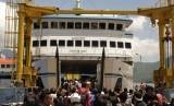 Sejumlah penumpang memasuki kapal feri penyeberangan. ilustrasi