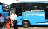 Sejumlah penumpang menaiki bus saat uji coba bus rute TransJabodetabek Premium di Jakarta, Selasa (19/9).