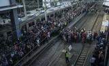 Sejumlah penumpang mengantre saat berpindah kereta rel listrik (KRL) di peron Stasiun Duri, Jakarta, Senin (16/4).