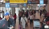 Sejumlah penumpang di Bandara Ngurah Rai, Denpasar (ilustrasi)