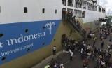 Sejumlah penumpang menuruni kapal Pelni Gunung Dempo ketika berlabuh di Gapura Surya Nusantara Pelabuhan Tanjung Perak, Surabaya, Jawa Timur, Rabu (29/6).  (Antara/Zabur Karuru)