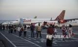 Sejumlah penumpang tiba di bandara Adisutjipto, Sleman, DI Yogyakarta, Jumat (11/5).