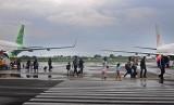 Sejumlah penumpang turun dari pesawa komersial di Bandara Adi Soemarmo, Solo, Jateng.