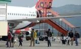 Sejumlah penumpang turun dari pesawat udara saat tiba di Bandara Internasional Sultan Iskandar Muda, Blang Bintang, Kabupaten Aceh Besar, Aceh, Kamis (17/1/2019).