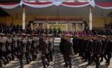 Sejumlah perwira baru memberikan penghormatan kepada para pejabat tinggi Mabes Polri di tribun kehormatan saat defile pasukan di Lapangan Soetadi Ronodipuro Setukpa Polri, Sukabumi, Jawa Barat. 300 siswa Setukpa Lemdiklat dinyatakan positif covid-19 usai jalani rapid test