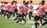 Sejumlah pesepak bola mengikuti seleksi pemain Timnas Indonesia U-19 di Stadion Wibawa Mukti, Cikarang, Bekasi, Jawa Barat, Senin (13/1/2020).