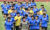 Sejumlah pesepak bola tim nasional Indonesia U-19 berlari saat mengikuti latihan di Stadion Madya, Kompleks Gelora Bung Karno, Senayan, Jakarta, Jumat (7/8). Timnas Indonesia U-19 dan senior menggelar latihan perdana bersamaan pada masa pandemi Covid-19 dengan menerapkan protokol kesehatan.