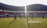 Sejumlah pesepak bola timnas U-19 Indonesia berlatih di Stadion Pakansari, Cibinong, Bogor, Jawa Barat, Senin (30/9/2019).