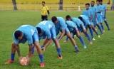 Sejumlah pesepakbola Semen Padang FC, berlatih di Stadion GOR H Agus Salim Padang, Sumatera Barat, Sabtu (15/4).
