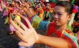 Sejumlah peserta menarikan tarian selamat datang khas budaya Betawi saat Kirab Budaya Betawi di Silang Monas, Jakarta Pusat.