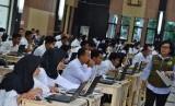 Sejumlah peserta mengikuti Seleksi Kompetensi Bidang (SKB) menggunakan sistem Computer Assited Tes (CAT) CPNS secara serantak di Gedung Serbaguna Balai Kota Tasikmalaya, Jawa Barat, Sabtu (8/12/2018).