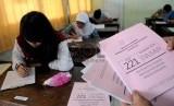 Sejumlah peserta Seleksi Nasional Masuk Perguruan Tinggi Negeri (SNMPTN) mengerjakan soal ujian tertulis di SMK Negeri 5 Jakarta.