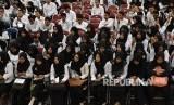 Sejumlah peserta tes menyimak penjelasan panitia tentang tertundanya Seleksi Kemampuan Dasar (SKD) Calon Pegawai Negeri Sipil (CPNS) 2018 di GOR Wujil, Bergas, Kabupaten Semarang, Jawa Tengah, Jumat (26/10/2018).
