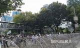Sejumlah petugas kepolisian bersiaga di depan gedung Kementerian Pariwisata Jalan Merdeka Barat, Jumat (2/11).