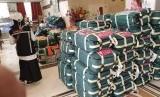 Sejumlah petugas mengangkut dan memindahkan koper jamaah haji ke bus yang akan membawa dari hotel tempat jamaah haji Indonesia menginap di Madinah, Ahad (14/7). Mulai hari ini jamaah haji Indonesia bergerak ke Makkah untuk melaksanakan ibadah haji. Ada tiga kloter yang berangkat ke Makkah,  yakni kloter SUB 1, dan BTH 1-2.