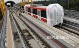 Sejumlah petugas mengawasi proses pengangkatan gerbong kereta