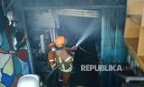 Sejumlah petugas pemadam kebakaran berusaha memadamkan api saat peristawa kebakaran di Pasar Kosambi, Kota Bandung, Ahad (19/5).